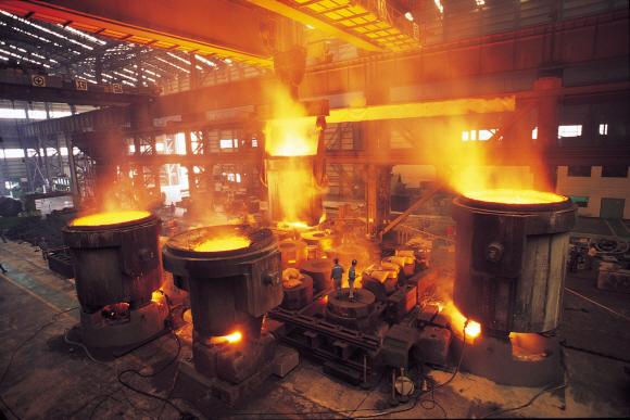 주조공장 밀하우징 용탕작업. ⓒ두산중공업