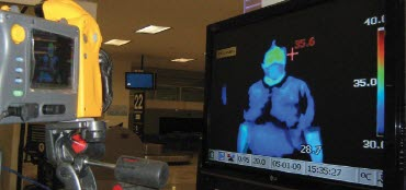 출입국관리대에서 열화상 카메라로 인체의 온도가 측정되고 있다.ⓒ한국플루크