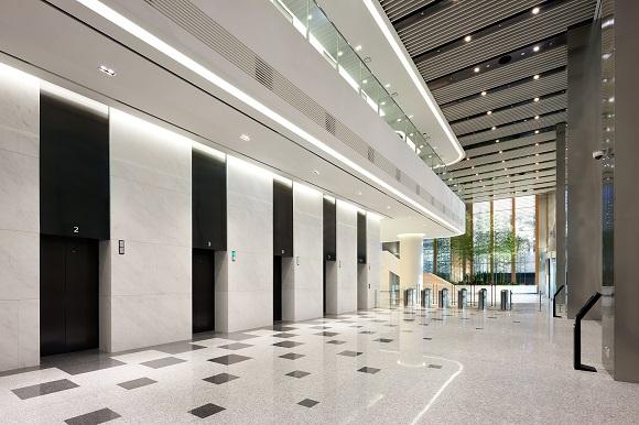 국내 최초 더블데크 엘리베이터가 운행 중인 LG U+  신사옥 1층 로비. 현대엘리베이터가 개발, 설치한 더블데크 엘리베이터에는 행선층 예약시스템 및 자동 층 간격 맞춤장치, 지능형 스피드 게이트 등 최첨단 엘리베이터 기술이 적용됐다.ⓒ현대엘리베이터