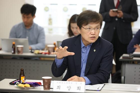 최양희 장관이 차세대 태양전지 기업 간담회에서 설명을 하고 있다. ⓒ미래부