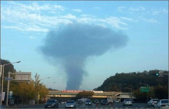 지난 15일 오후 4시 47분경 경북 경산시 대평동의 한 스티로폼 제조 공장에서 화재가 일어났다. 대구시 수성구 만촌동에서 연기가 보이고 있다.ⓒ연합뉴스