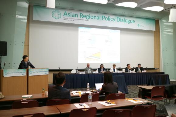 지난 7일 제주국제컨벤션센터에서 진행된 GGGW 2016의 아시아 에너지 장관급 회의에서 김동관 전무가