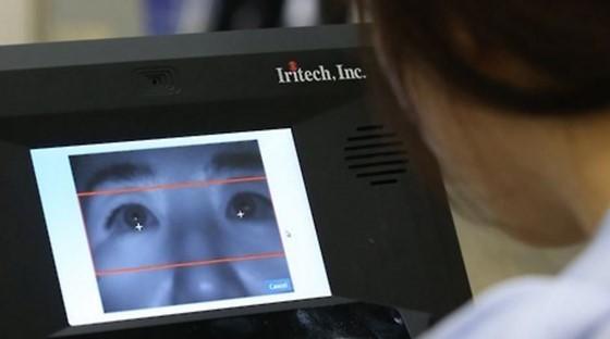 한 홍채 인식 보안 전문회사 관계자가 홍채 인식 출입국 관리 시스템을 시연하고 있는 모습(사진은 본문 내용과는 무관)ⓒ