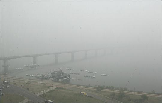미세먼지와 짙은 안개로 인해 서울 마포대교 끝이 보이지 않고 있다. ⓒEBN