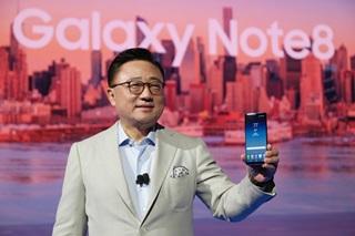 고동진 삼성전자 무선사업부장(사장)이 갤럭시노트8을 소개하고 있다. ⓒ삼성전자