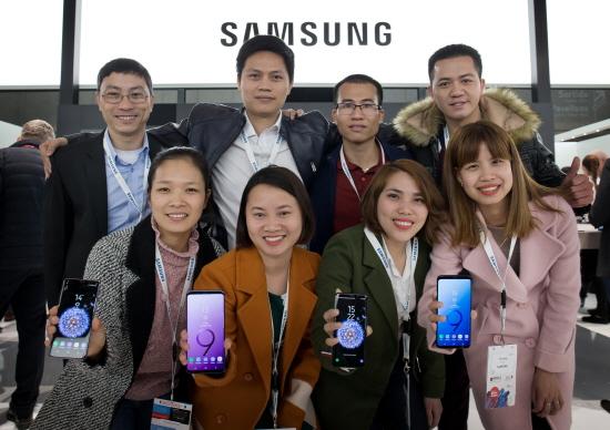 삼성전자 베트남 생산법인 직원 8명이 스페인 바르셀로나에서 26일(현지시간) 개막한             MWC 삼성전자 전시관을 방문해 기념 촬영하는 모습