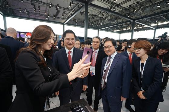 유영민 과학기술정보통신부 장관(오른쪽 두번째)이 스페인 바르셀로나에서 열린 MWC 2018에 차려진 삼성전자 부스를 방문해 갤럭시S9을 체험하고 있다.ⓒ과학기술정보통신부