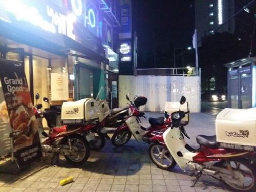서울 한 교촌치킨 매장 앞에 배달 오토바이가 대기 중이다.ⓒEBN