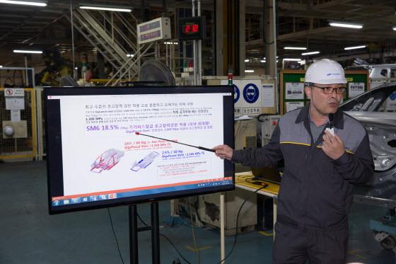 백선호 르노삼성차 부산공장 차체팀장이 SM6 차체에 쓰인 기가스틸을 설명하고 있다.ⓒEBN