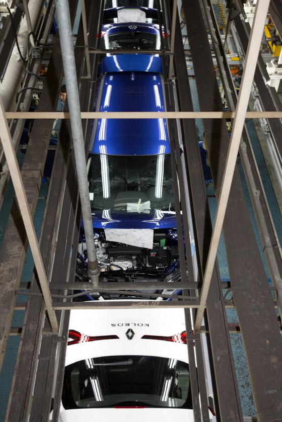 르노삼성의 수출차량인 SUV 꼴레오스(국내명 QM6)를 생산하는 모습.ⓒEBN