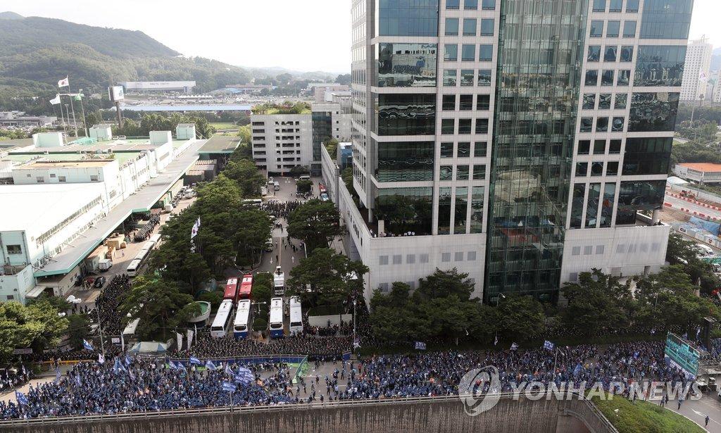 13일 오후 서울 서초구 현대기아차 본사 앞에서 민주노총 전국금속노동조합원들이 총파업 결의대회를 하고 있는 모습.