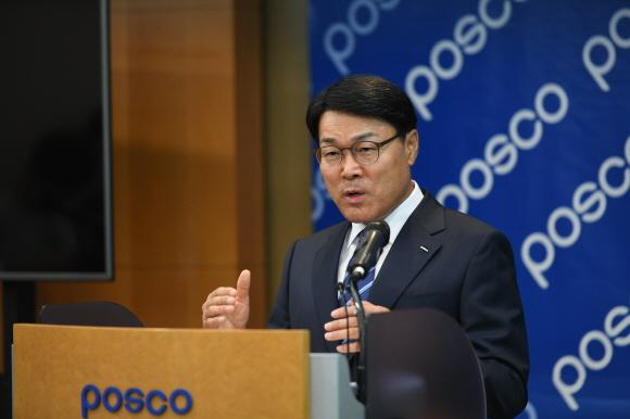 27일 서울 대치동 포스코센터에서 최정우 신임 포스코 회장이 기자들의 질문에 답을 하고 있다.ⓒ포스코