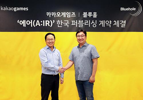 카카오게임즈 조계현(왼쪽) 대표와 블루홀 김효섭 대표가