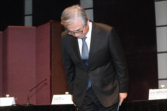 김효준 BMW코리아 회장이 지난 8월 6일 오후 서울 중구 웨스틴조선호텔에서 최근 잇따라 일어난 BMW 차량의 화재사고와 관련해 가진 긴급기자회견에서 사과를 하고 있다. ⓒ데일리안 포토
