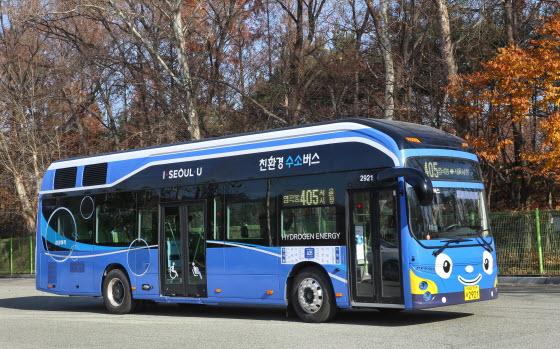 21일부터 서울 염곡동에서 서울시청을 순환하는 왕복 총 43㎞ 구간을 달리는 405번 수소전기버스 모습.ⓒ현대차