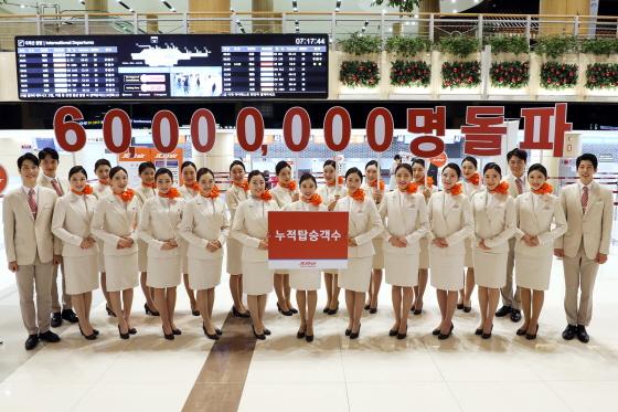 제주항공 승무원들이 4일 오전 김포국제공항 국제선 터미널에서 누적 탑승객 6000만 명 돌파를 자축하고 있다. 제주항공은 지난 12월3일 취항 12년 6개월만에 누적 탑승객 6000만 명을 돌파했다.ⓒ제주항공