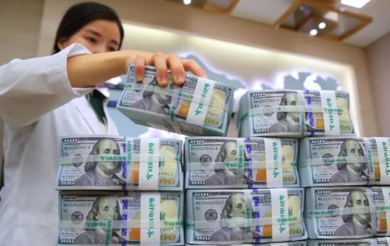 지난달 기업의 달러화예금이 증가하면서 외국환은행의 거주자외화예금이 한 달 만에 증가세로 돌아섰다.ⓒ연합