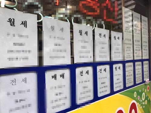 강남의 한 중개업소에 아파트 시세표가 붙어 있다.ⓒEBN
