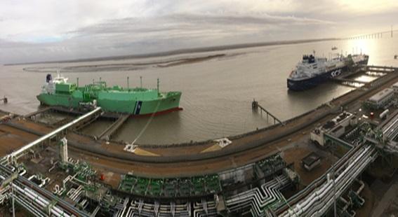 대우조선해양이 건조한 LNG선 2척이 동시에 액화천연가스(LNG)를 환적하는 장면. 지난 11일 프랑스 몽투아 LNG터미널에서 대우조선이 건조한 세계 최초 쇄빙LNG선(오른쪽 선박)이 러시아 사베타항에서 선적한 LNG를 하역해 역시 대우조선이 건조한 BW그룹의 LNG선에 선적을 하고 있다.ⓒ대우조선해양
