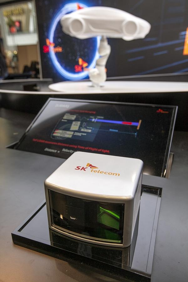 SK 관계사 공동 전시 부스에 전시된 단일 광자 라이다(LiDAR)의 모습 ⓒSK텔레콤