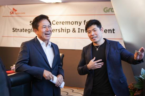 1월 30일 서울 중구 을지로 SK텔레콤 본사에서 SK텔레콤 박정호 사장(사진 왼쪽)과 그랩의 앤서니 탄(Anthony Tan) CEO가