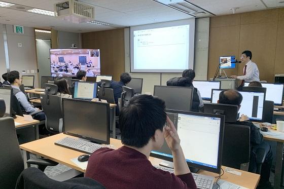 지난 25일 코스콤 여의도 본사에서 진행된 금융분석 전문가 교육 첫 날 연세대학교 학생들이 원격교육으로 여의도와 원주에서 동시에 수강하고 있다. ⓒ코스콤
