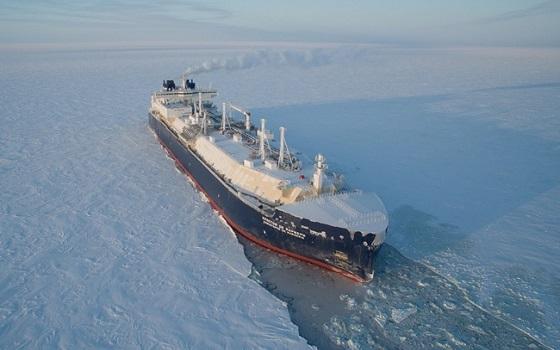 대우조선해양이 건조한 쇄빙LNG선이 얼음을 깨며 운항하고 있다.ⓒ대우조선해양