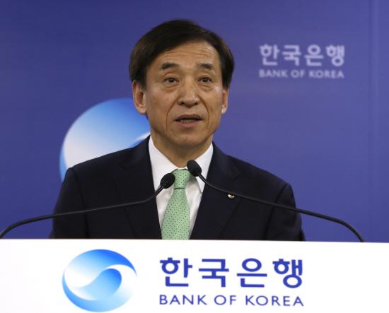 한국은행이 올해 경제성장률 전망을 2.5%로 낮추고, 물가상승률도 1.1%로 하향 조정한 가운데 이주열 한은 총재는 하반기 경기가 잠재성장률 수준의 성장세를 보일 것이며, 경기와 밀접한 물가도 꾸준히 상승해 0%대에서 벗어날 것이라고 전망했다.ⓒ연합