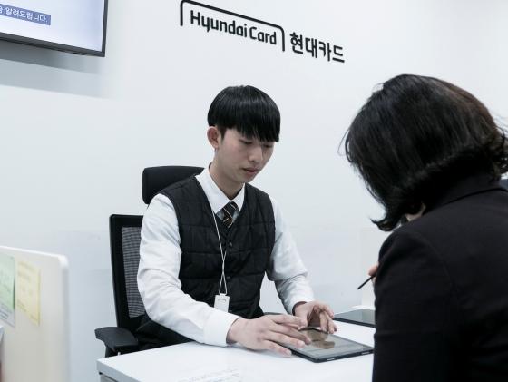 현대카드 코스트코 의정부지점 직원이 고객 상담을 진행하고 있다.ⓒ현대카드