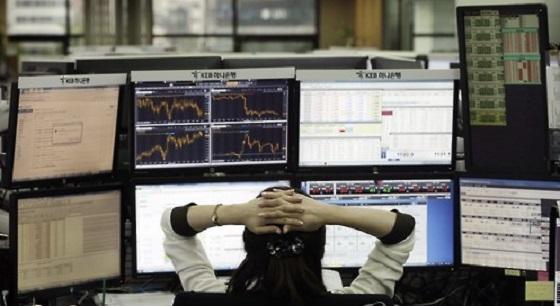 경제 성장률 부진에 전일 코스피가 2200선이 붕괴된 데 이어 26일도 0.56% 하락 출발하면서 사흘째 하락하고 있다. ⓒ연합뉴스