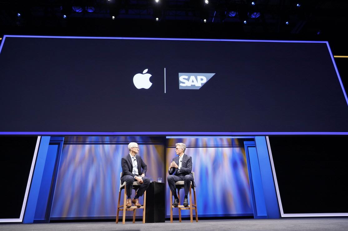 팀 쿡 애플 CEO와 빌 맥더멋 SAP CEO가 7일(현지시간) 미국 올랜도에서 열린