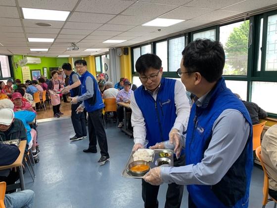 한국금융투자협회는 5월 가정의 달을 맞아 소외된 이웃에 대한 관심을 환기시키고 나눔을 실천하고자 지역 복지시설을 찾아 배식봉사활동을 진행했다고 9일 밝혔다.ⓒ한국금융투자협회