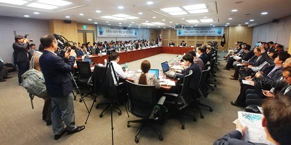 토론회를 빼곡히 채운 참석자들 모습ⓒEBN 김재환 기자