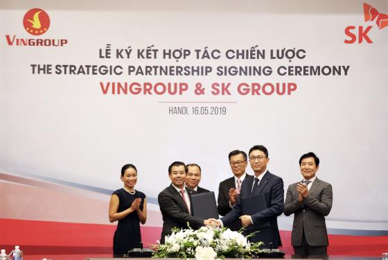 박원철 SK동남아투자법인 대표(오른쪽 두번째)와 응웬 비엣 꽝 빈그룹 부회장 겸 CEO(다섯번째)가 16일 베트남 하노이 빈그룹 본사에서 전략적 파트너십 협약을 체결했다.