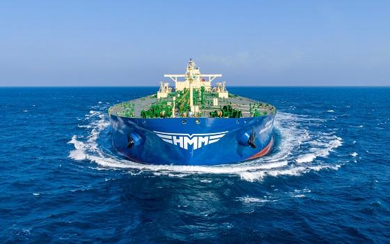 새로운 CI가 적용된 현대상선의 초대형 원유운반선(VLCC) 유니버셜 리더호가 바다를 항해하고 있다.ⓒ현대상선