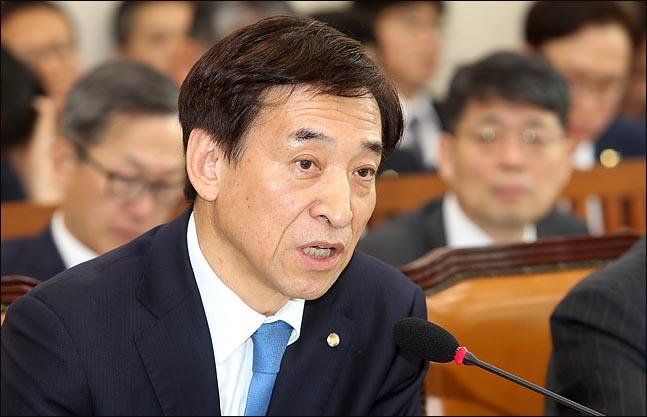 이주열 한국은행 총재가 지난 3월 25일 열린 국회 기재위원회 전체회의에서 의원들의 질의에 답변하고 있다. ⓒEBN