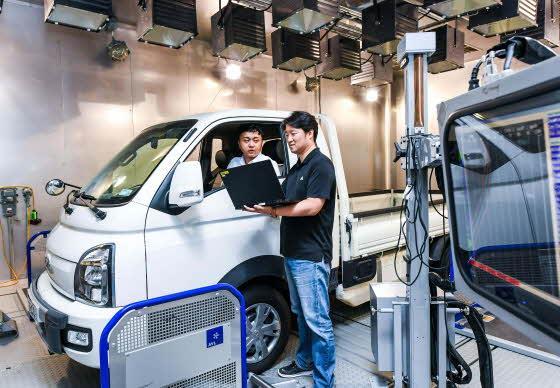 현대차·기아차 연구소 환경챔버에서 연구원들이 중량 추정 정확도 향상 시험을 하고 있는 모습.ⓒ현대기아차