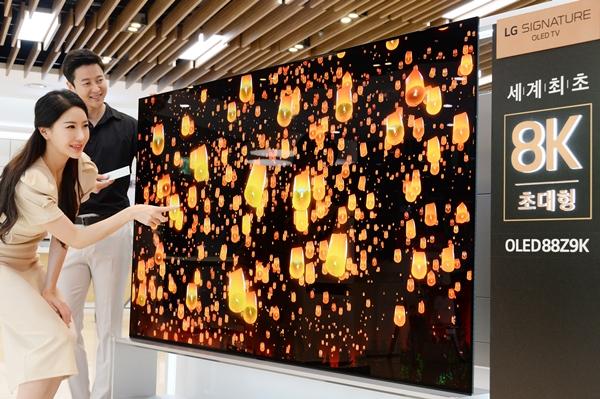 서울 강남구 도산대로에 위치한 LG베스트샵 강남본점 매장에서 모델들이 LG전자의 세계최초 88인치 8K 올레드 TV