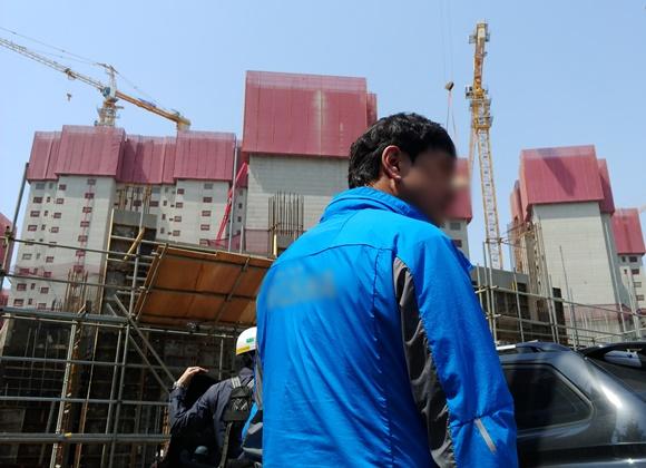 타워크레인 노동자 총파업 기자회견이 열린 서울시 신길동의 한 건설현장의 타워크레인 멈춰있다. 이곳 현장에는 총 6명의 노동자가 70m 높이 크레인에서 고공농성 중이다ⓒEBN 김재환 기자