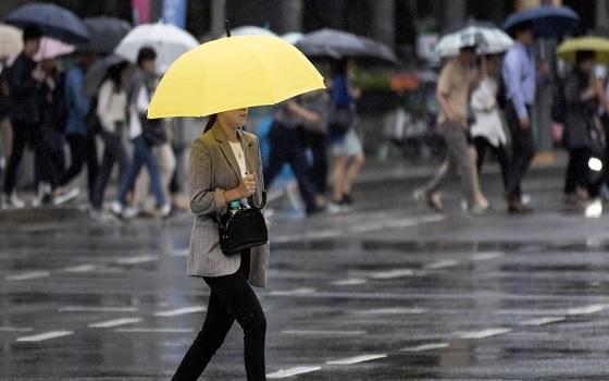 한 시민이 우산을 쓰고 길을 걷고 있다.ⓒ연합뉴스