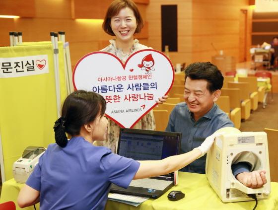 25일 강서구 아시아나항공 본사에서 진행된 헌혈 캠페인에 아시아나항공 안병석 경영관리본부장(오른쪽 첫번째)이 헌혈에 동참하고 있다. ⓒ아시아나항공