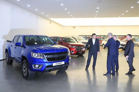 글로벌 GM 경영진과 한국지엠 사장 등이 인천 부평공장 디자인센터에 전시된 쉐보레 SUV 모델 주변에서 이야기를 나누고 있다. ⓒ한국지엠