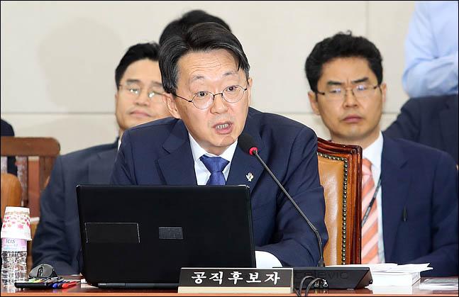 김현준 국세청장 후보자가 26일 국회 기획재정위원회 회의실에서 열린 인사청문회에서 의원들의 질의에 답변하고 있다. ⓒEBN