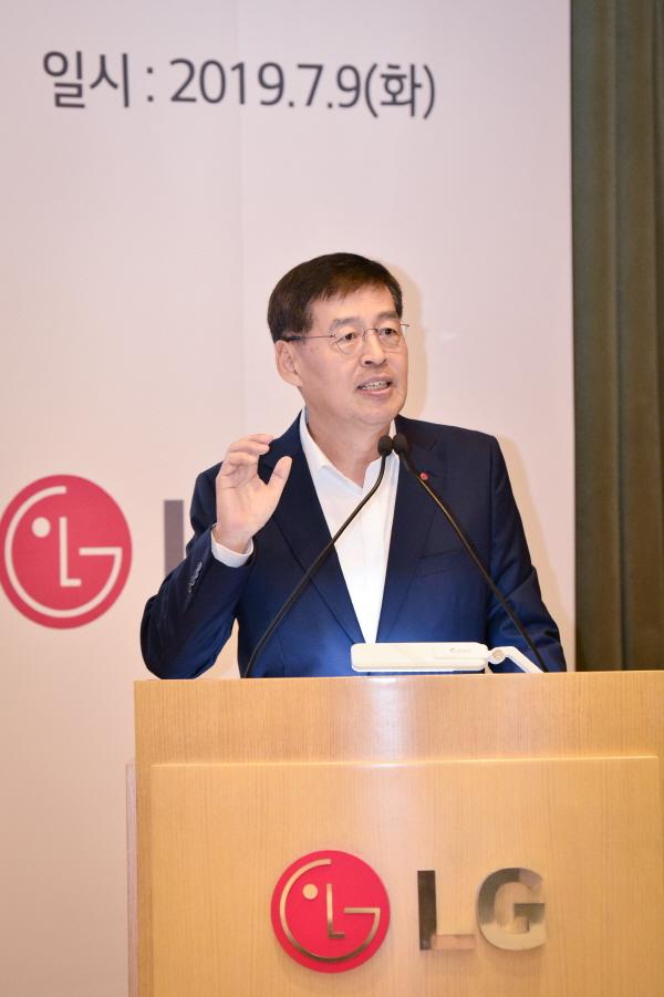 신학철 LG화학 부회장이 9일 CEO 기자간담회에서 중장기 사업전략을 발표하고 있다. [사진=LG화학]