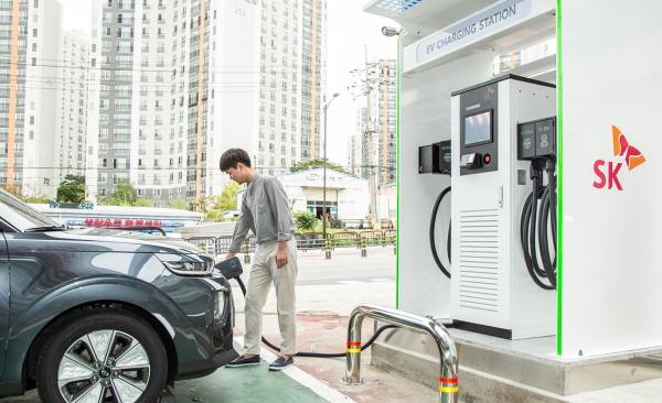 전기차 이용 고객이 SK동탄주유소의 전기차 충전기로 셀프 충전을 하고 있다. [사진=SK에너지]