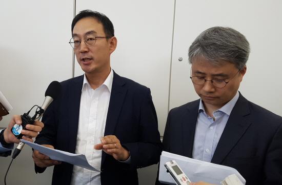 일본 정부의 수출규제 문제에 대응하기 위한 첫 실무회의에 참석했던 산업통상자원부의 전찬수 무역안보과장(왼쪽)과 한철희 동북아통상과장이 13일 하네다공항을 떠나기에 앞서 전날 일본 경제산업성 당국자와 나눈 의견을 설명하고 있다. 전 과장은 일본 측에 한국에 대한 수출규제 철회를 요구하는 등 우리 측 입장을 충분히 설명했다고 말했다.ⓒ연합