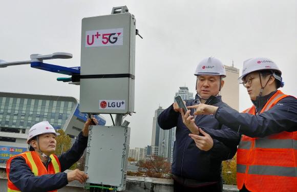하현회 LG유플러스 부회장이 서울 노량진 네트워크 현장에서 기지국 설치 방위각 등을 확인하기 위한 스마트 얼라이너로 5G 서비스 시공 품질을 확인하고 있다.ⓒLG유플러스