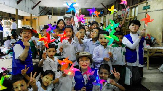 미얀마 달라 초등학교 학생들과 함께 한 삼성물산 해외봉사단[사진제공=삼성물산]