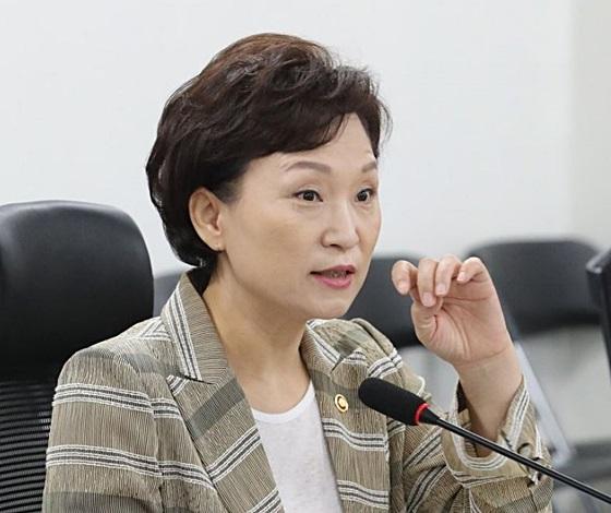12일 열린 민간택지 분양가 상한제 개선안 당정협의에 참석한 김현미 국토교통부 장관. ⓒ연합뉴스
