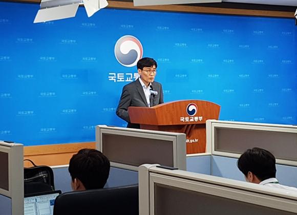 12일 세종시 국토부 청사에서 이문기 국토부 주택토지실장이 질의응답을 받고 있다. ⓒEBN 김재환 기자